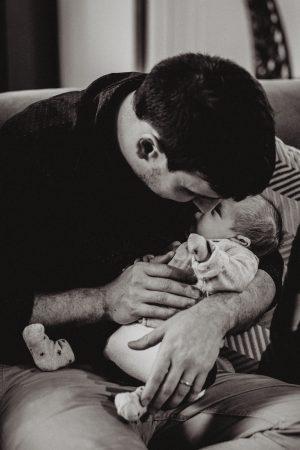 calin nouveau né et son papa