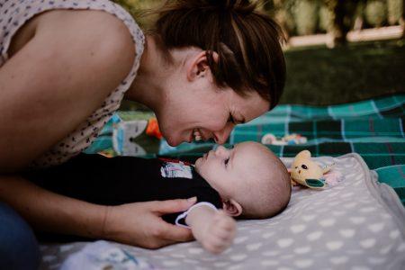 parc de sceaux une maman et son bébé